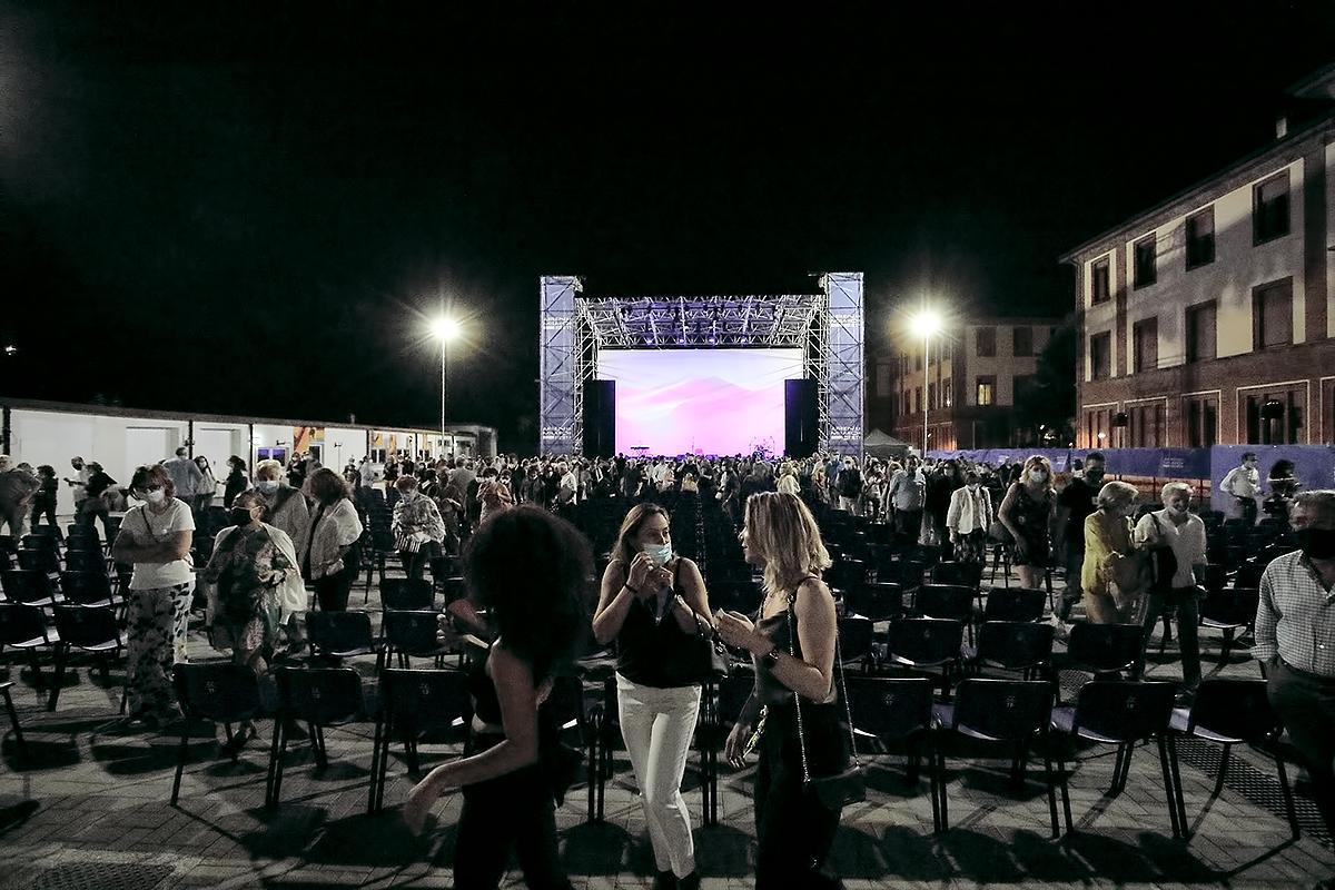 Arena Milano Est foto dalla platea verso il palco con lo schermo