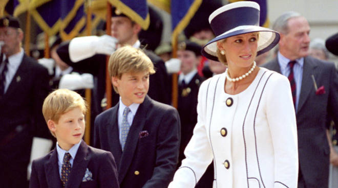 Lady Diana vestita in bianco con un cappello a tesa larga fasciacon di blu con i due figli william e harry