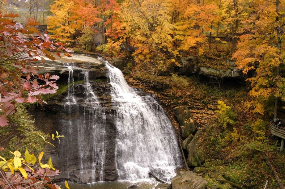 le cascate del Cuyahoga Valley National Park immerse in un'atmosfera autonnuale con le foglie gialle e rosse