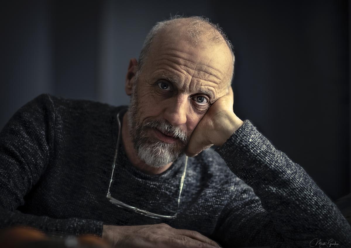 foto in primo piano dell'attore Marco Paolini