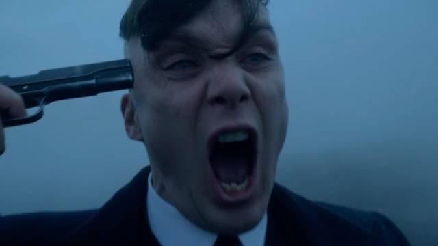 Primo piano di Thomas Shelby nell'ultima puntata della quinta stagione di Peaky Blinders mentre si punta una pistola alla testa