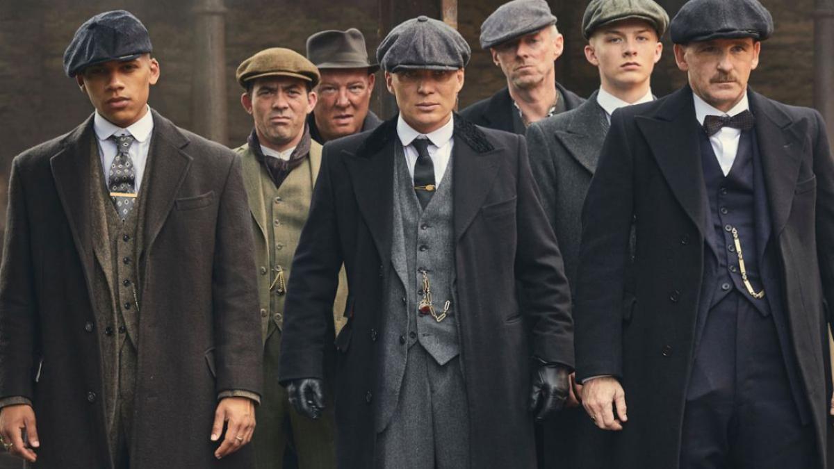 Immagine della serie tv Peaky Blinders dove alcuni uomini con il berretto camminano verso la telecamera