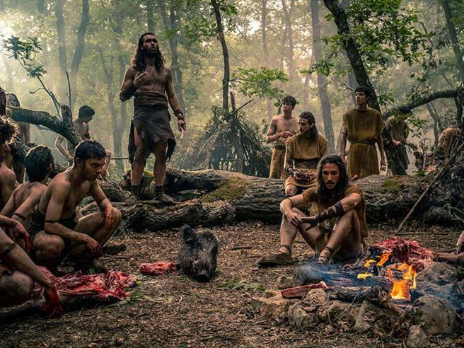 una scena tratta dalla serie tv Romulus in cui si vede un gruppo di persone in un bosco