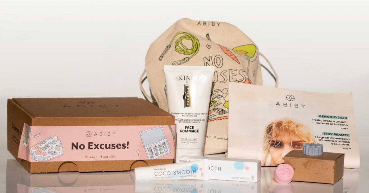 immagine di una box abiby con alcuni prodotti di bellezza esposti, alcuni tubetti e una borsa sullo sfondo