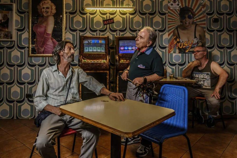 una scena tratta dal film Il ladro di cardellini di Carlo Luglio, sulla scena tre persone