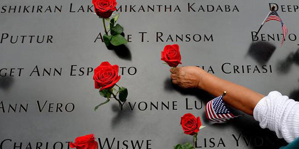 commemoriazione per l'11 settembre, rose sopra i nomi delle vittime