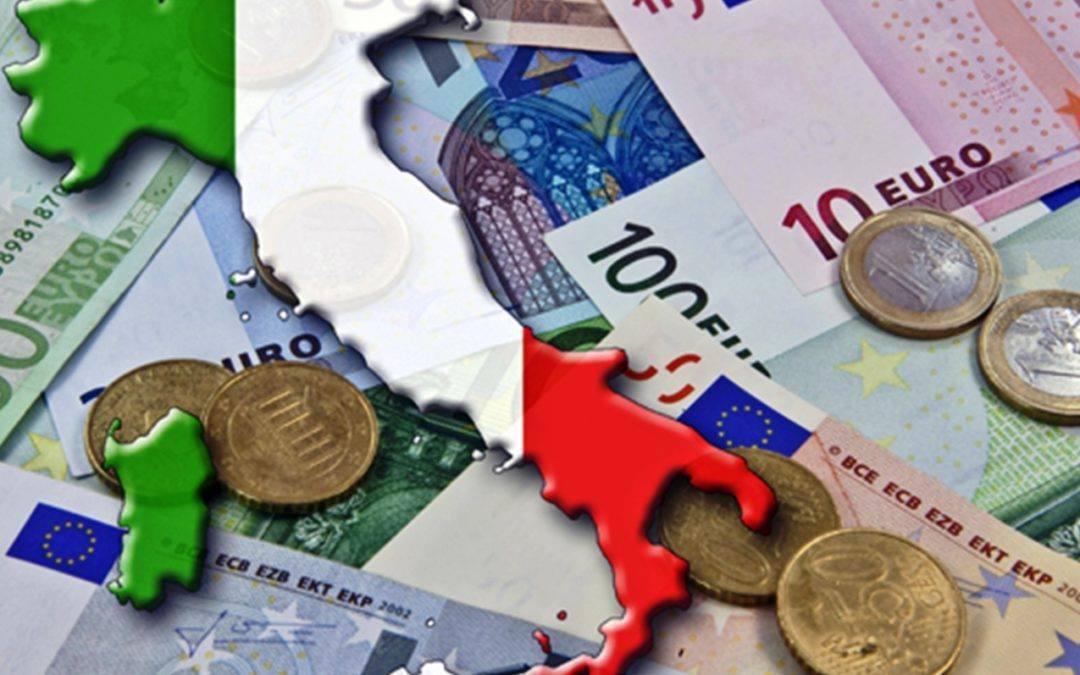 banconote di euro e monete di euro con lo stivale dell'italia, finanza