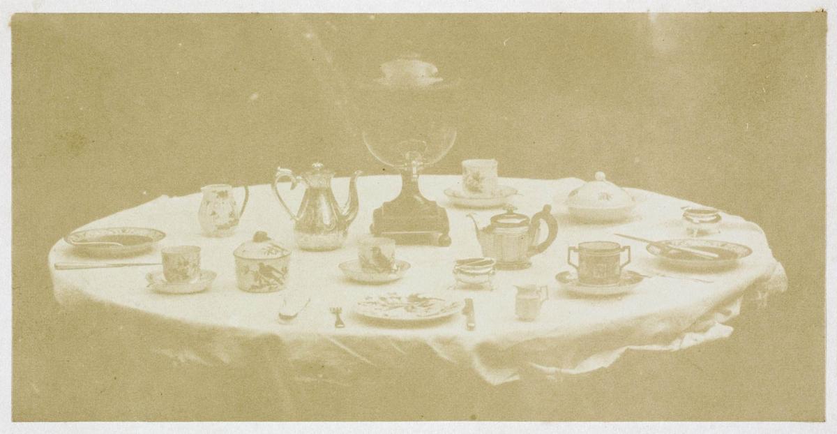 William Henry Fox Talbot Table set for tea, 1841-1842 (negativo), 1845-1846 (stampa), carta salata da calotipo, 23x29 cm, Roma, Istituto centrale per la grafica