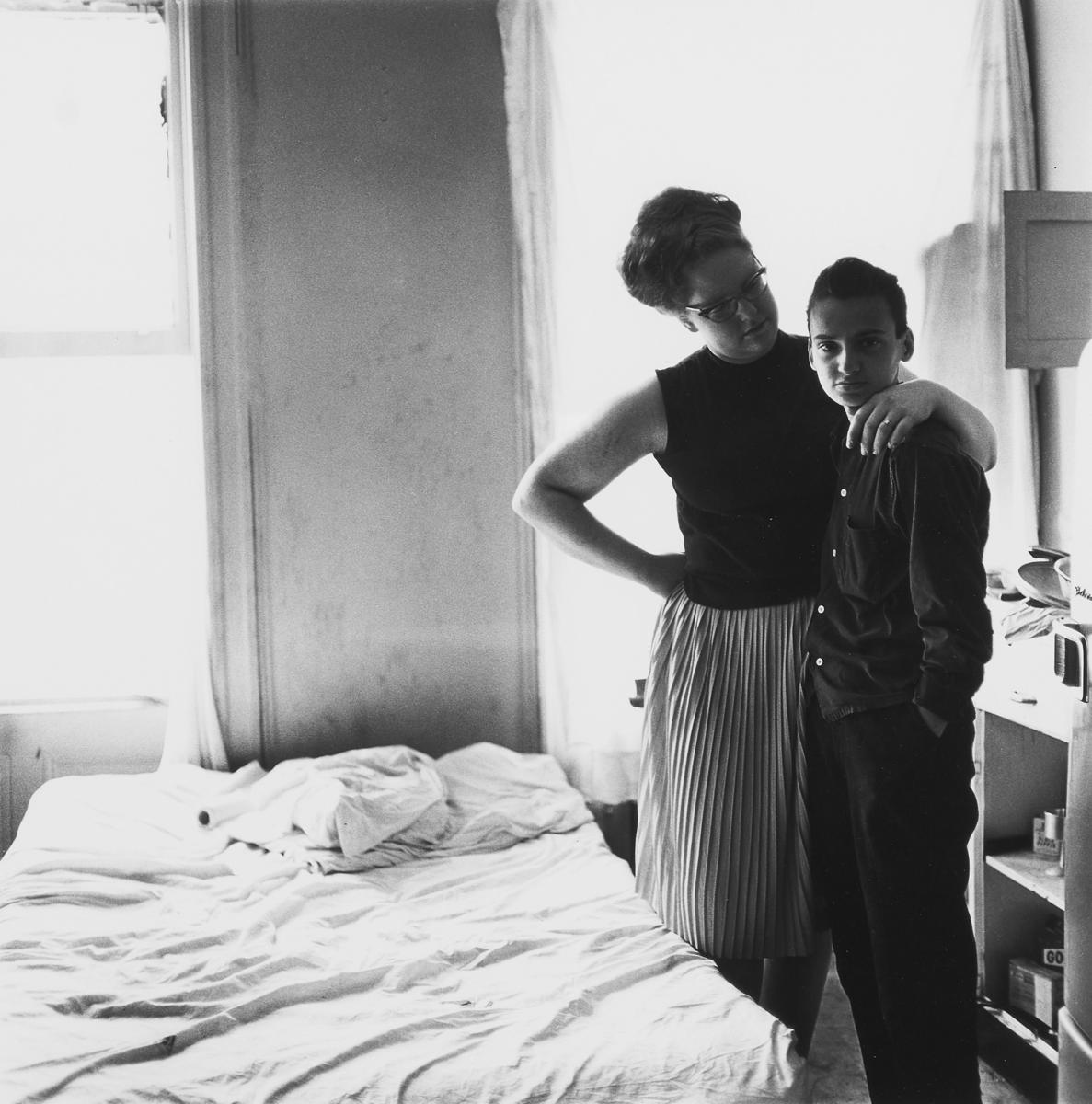 Birnnale Donna, una foto in bianco e nero di Diane Arbus, due donne in una stanza