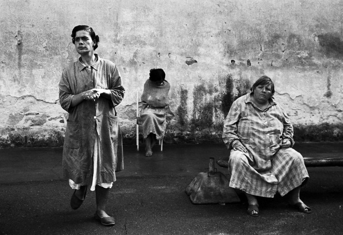Una foto in bianco e nero di Biennale Donna, tre donne, una in piedi, una seduta, una sullo sfondo