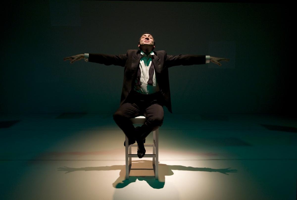 Io, Ludwig Van Beethoven attore seduto su uno sgabello sul palco