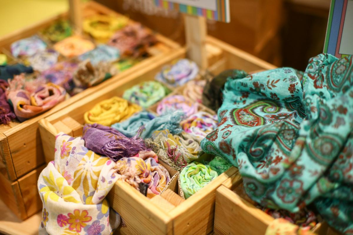 un primo piano di alcuno foulard colorati in esposizione alla fiera Fà la cosa giusta