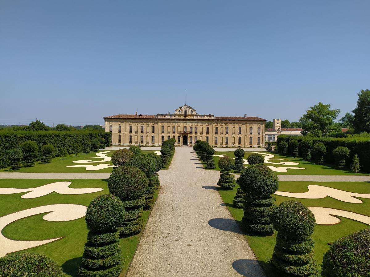 vista dal giardino sulla facciata di Villa Arconati