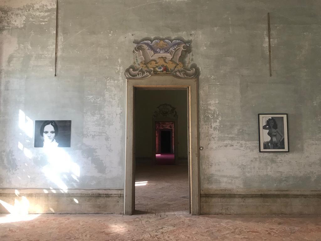 vista di una sala interna di villa arconati con una porta al centro