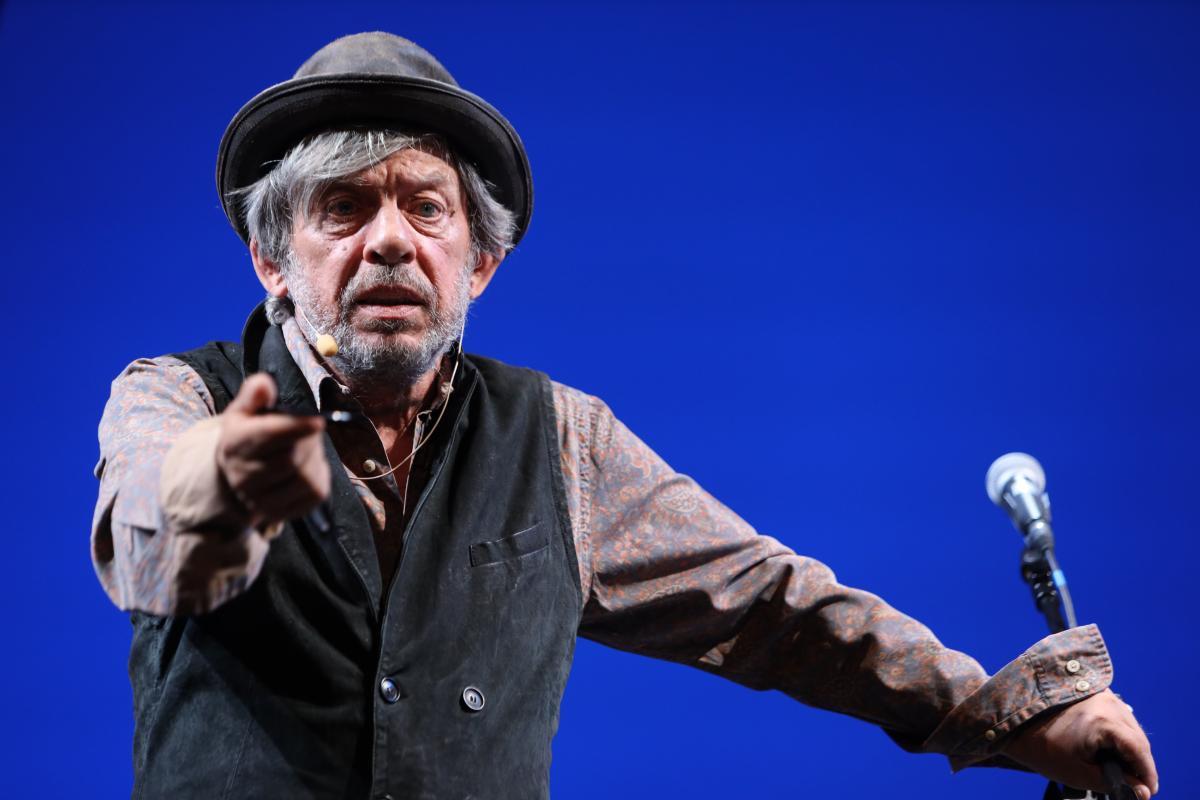 primo piano di Paolo Rossi durante lo spettacolo al Piccolo di Milano
