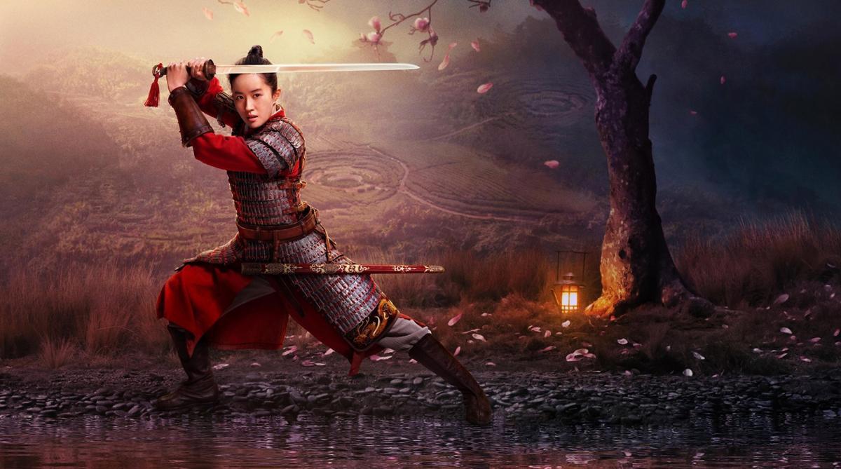 Immagine del live-action di Mulan, Mulan con la spada in mano alzata sopra la testa