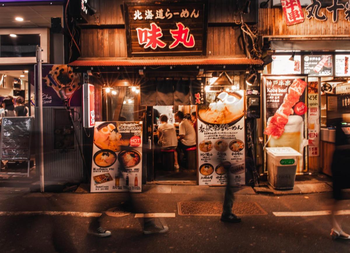 una via di Tokyo, in primo piano ingrwsso di un ristorante