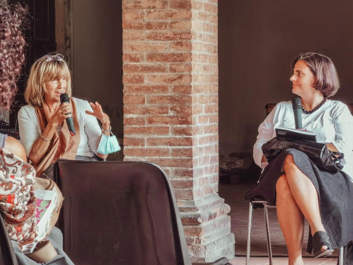 A sinistra Paola Agosti durante l'intervento a Biennale Donna, a desta la curatrice Angela Madesani