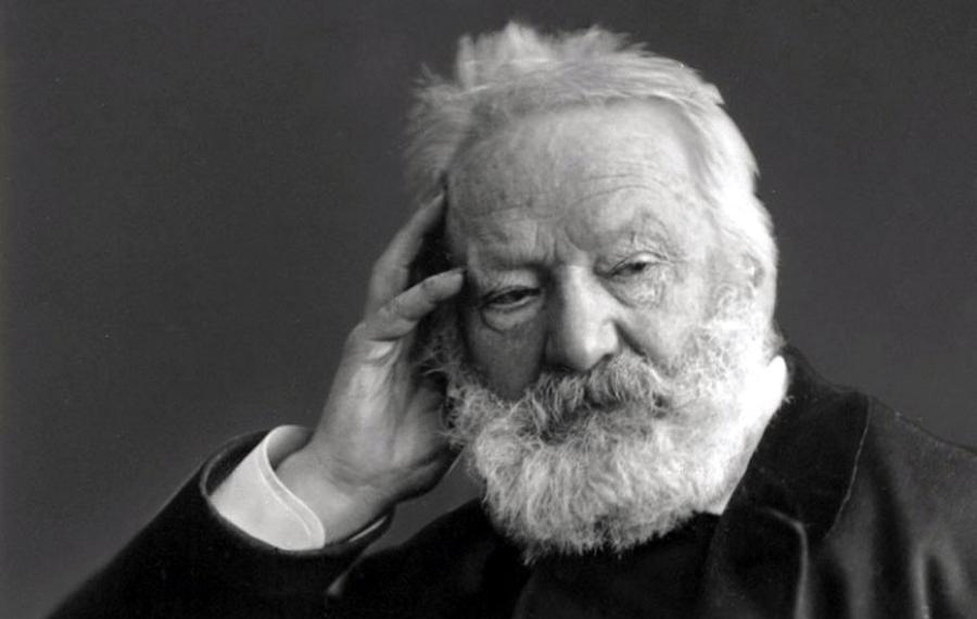 immagine in bianco e nero in primo piano di Victor Hugo