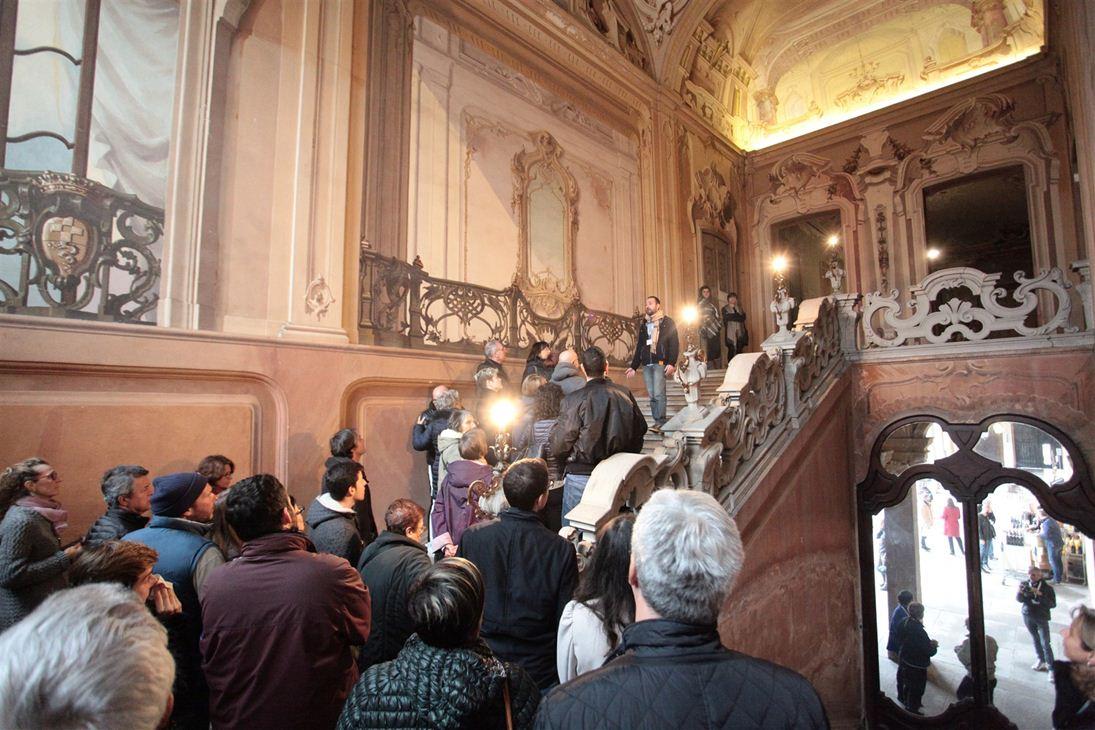la scalinata interna di Villa Arconati durante una visita guidata