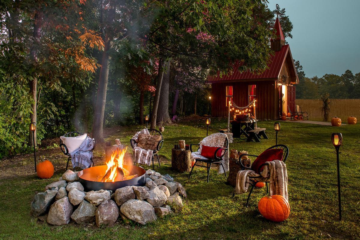 Halloween a Hell di Airbnb, alloggio esterno, giardino allestito in tema