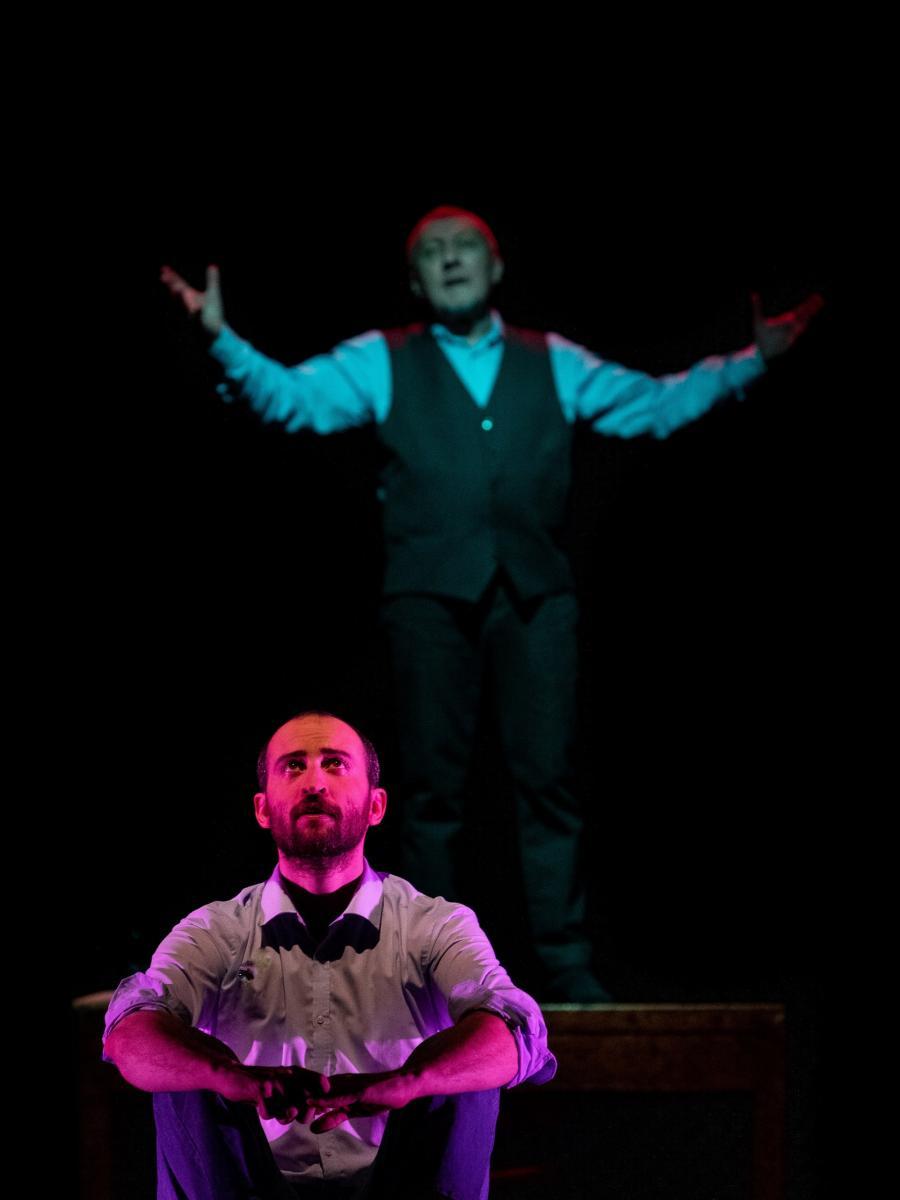 Scateniamo l'inferno i due attori sul palco durante una scena