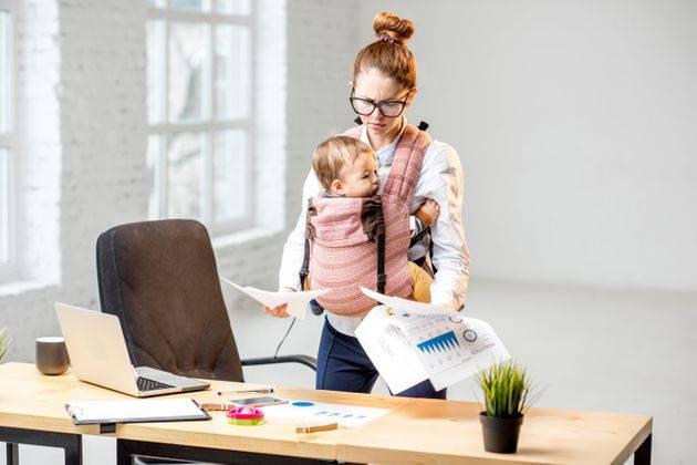 Le donne, la cultura finanziaria, il lavoro: combattiamo gli stereotipi una donna sul posto di lavoro con il figlio
