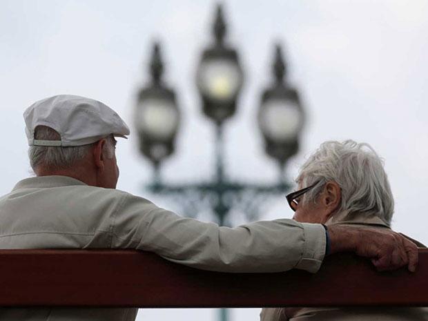 Ottobre, mese dell'Educazione Finanziaria due anziani su una panchina