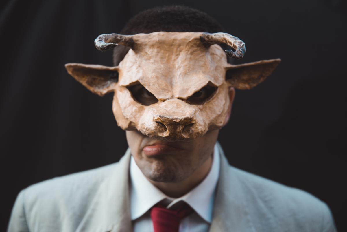 Asterione in scena il 12 ottobre al Teatro Sannazaro di Napoli attore con la maschera in primo piano
