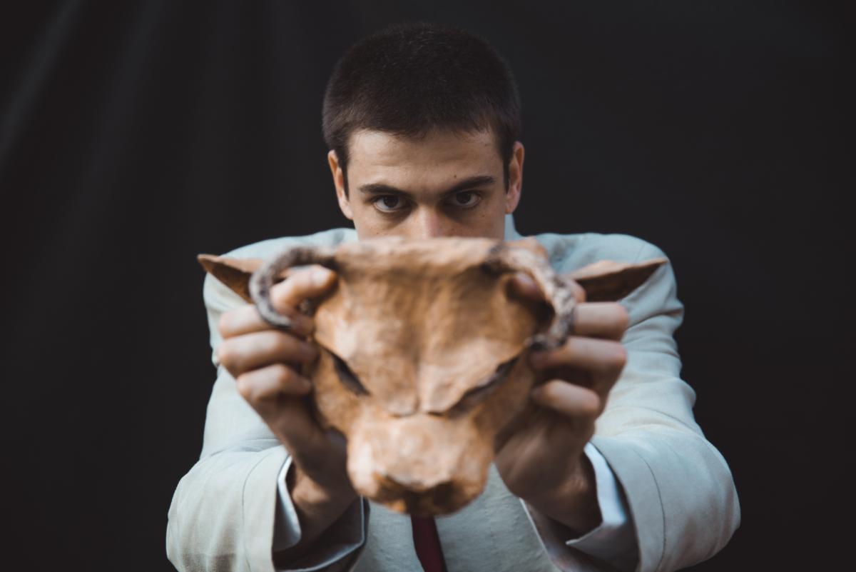 Asterione in scena il 12 ottobre al Teatro Sannazaro di Napoli attore si mette la maschera