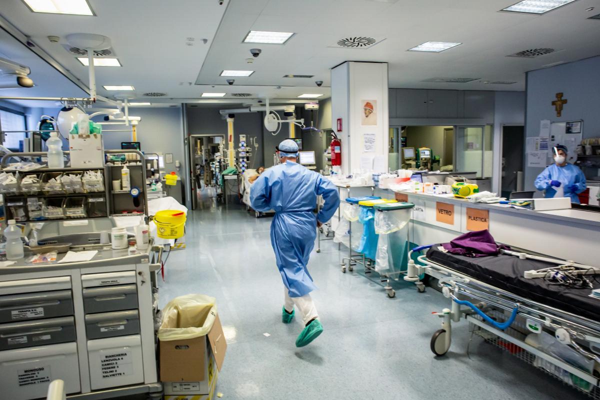 """""""CoviDiaries"""" immagini di vita durante il lockdown un medico corre all'interno dell'ospedale"""