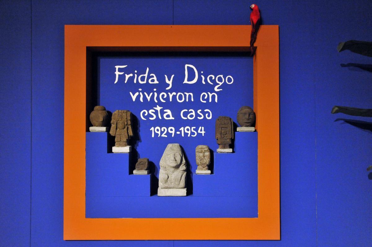 Frida Kahlo. Il caos dentro la scritta all'ingresso di casa Azul in Messico