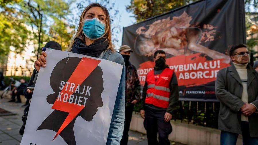Polonia vieta l'aborto manifestante