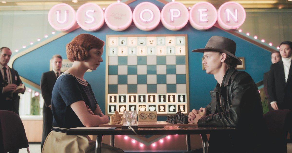 La regina degli scacchi la protagonista sfida un rivale agli scacchi