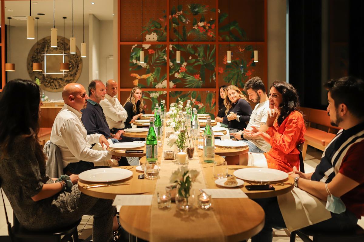evento Starbucks in via Turati, i giornalisti al tavolo