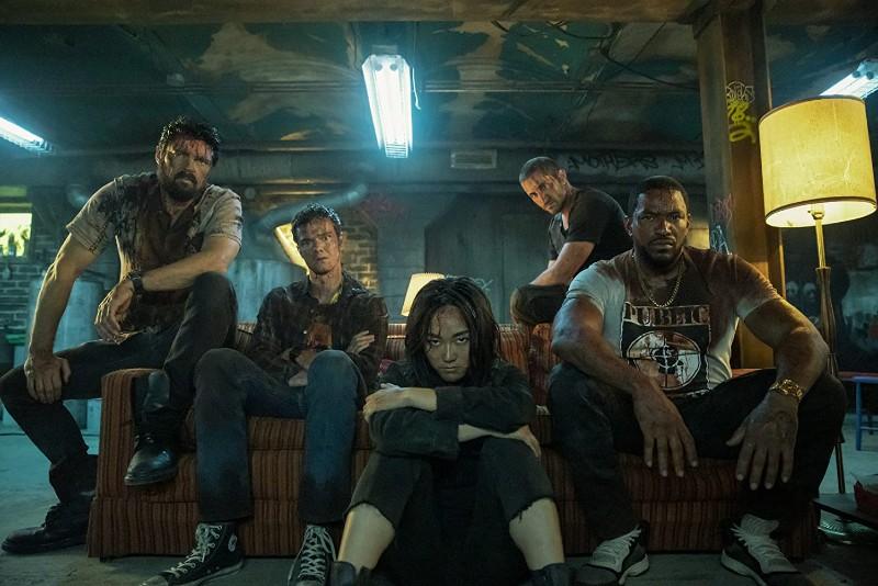 The Boys, già confermata la terza stagione, i protagonisti seduti sul divano
