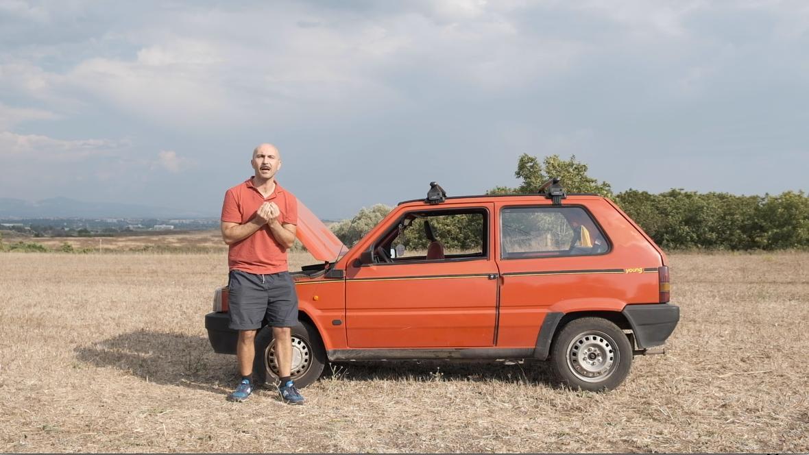 """Maccio Capatonda """"vittima"""" del WWF in una scena della clip video con la panda rossa"""