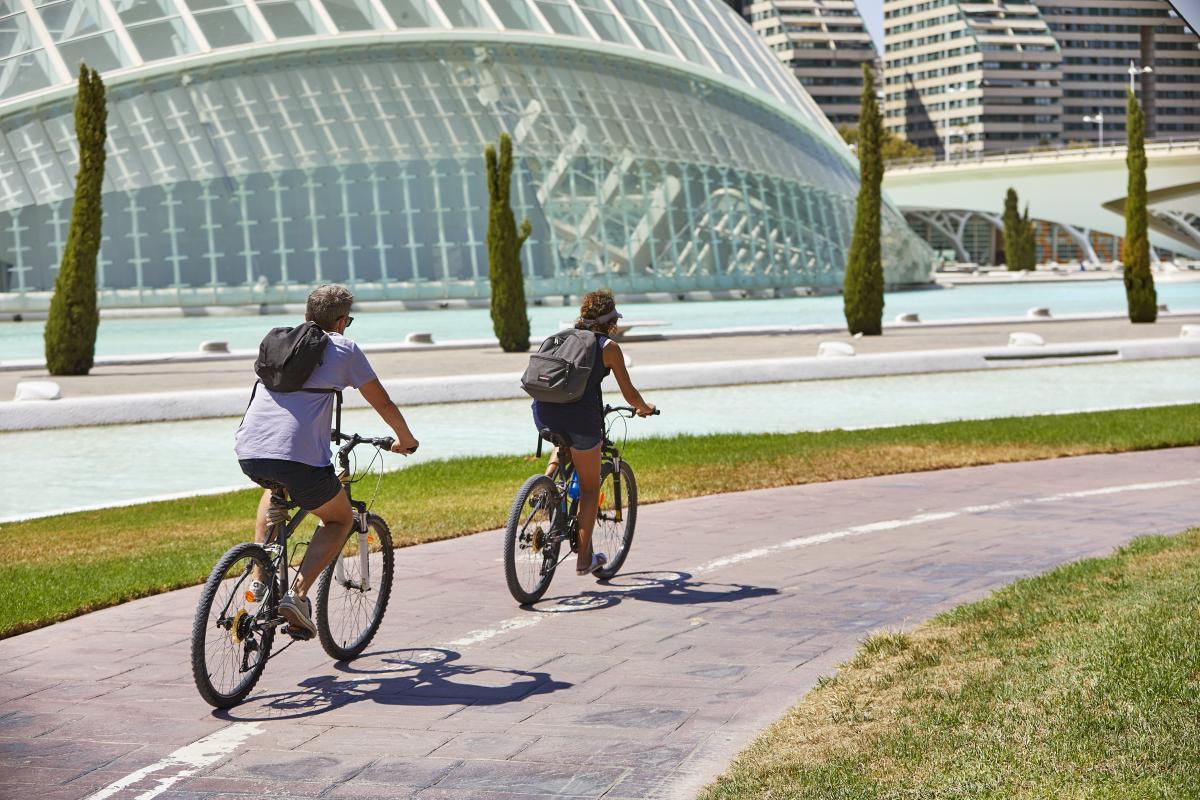 L'estate infinita di Valencia due persone in bicicletta