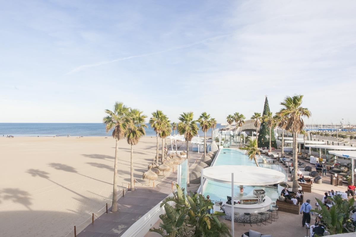 L'estate infinita di Valencia vista dall'alto del lungo mare e della spiaggi