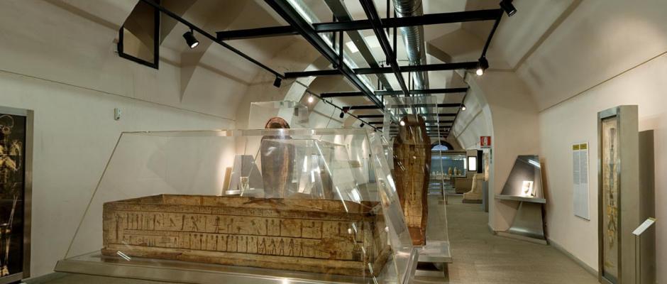 Museo egizio di Milano una delle sale con i sarcofagi