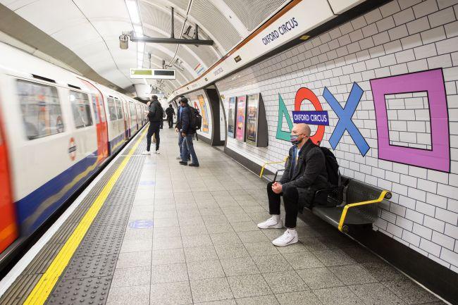 PlayStation 5 invade Oxford Circus banchina della metropolitana