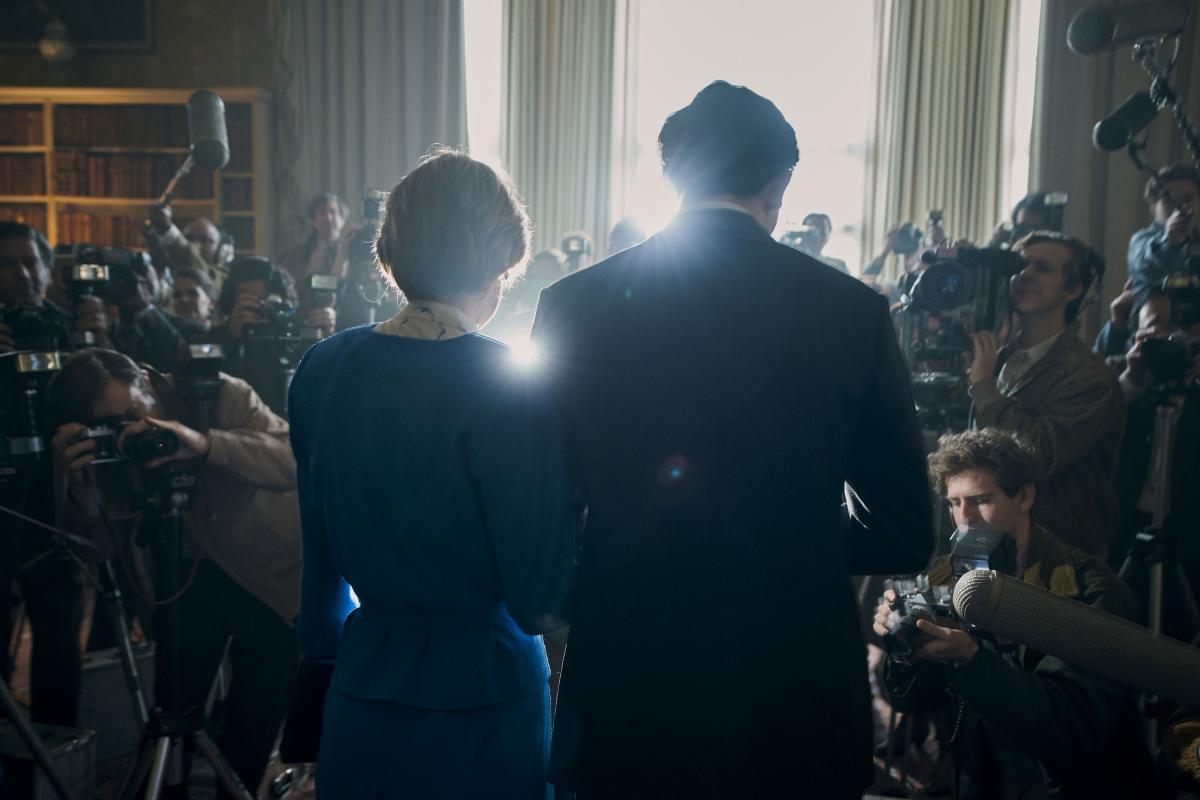 The Crown Famiglia Reale una scena deella serie tv carlo e diana di spalle