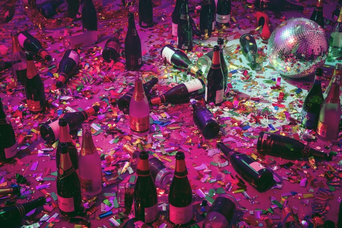 Dove andiamo a ballare questa sera l'opera con le luci e le le bottiglie