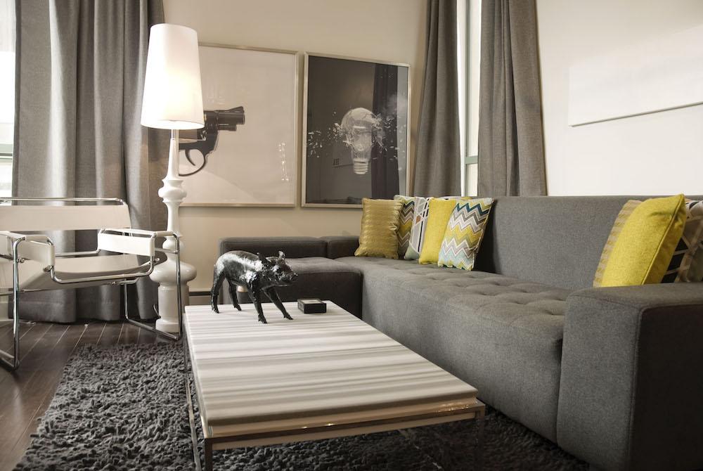 Pantone 2021 un divano grigio e i cuscini gialli