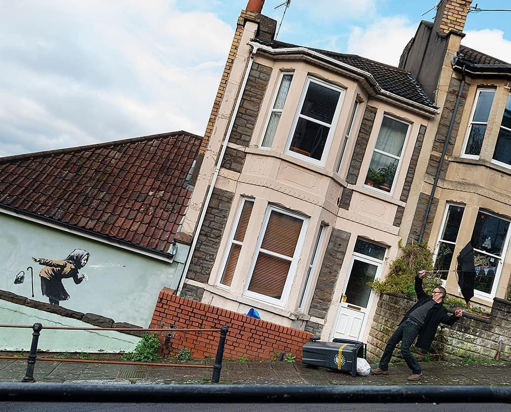Banksy, a Bristol spunta una nuova opera uomo misterioso nella foto