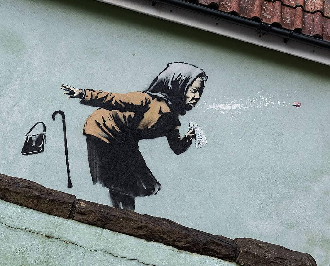 Banksy, a Bristol spunta una nuova opera immagine della signora anziana che starnutisce