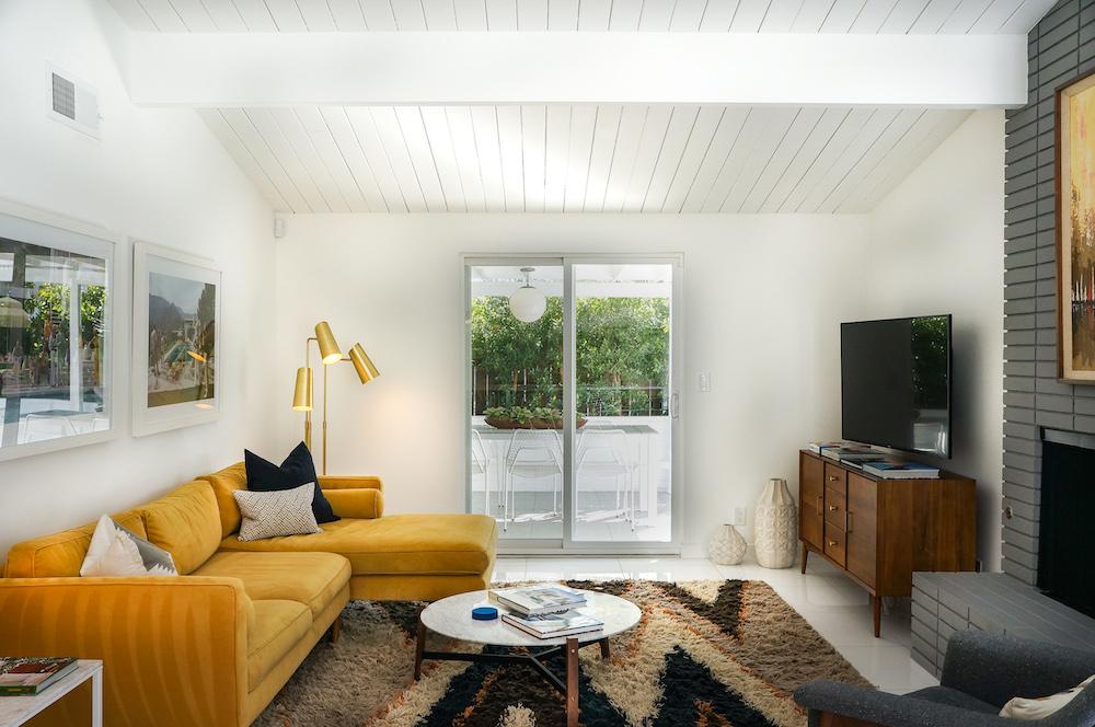 Pantone 2021 una sala con divano giallo e parete grigia
