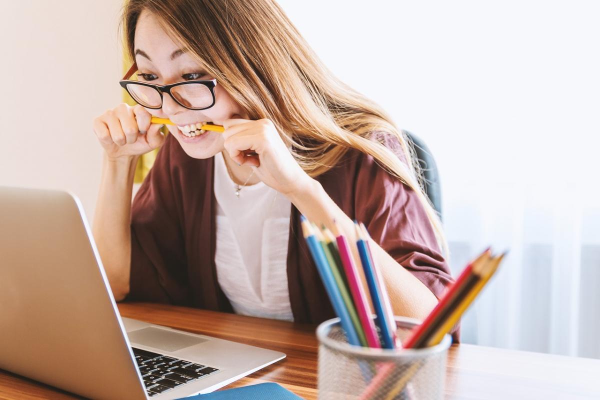 Benessere e smartworking una ragazza strassata davanti al computer