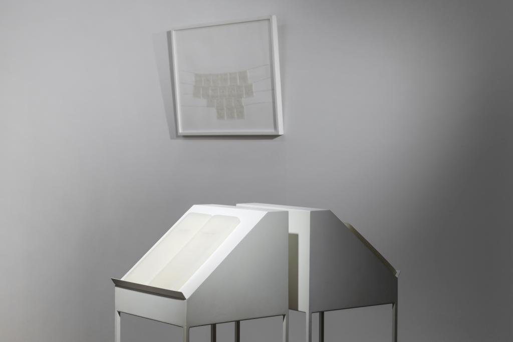 opere d'arte di carta e cera, 1 quadro appeso, 2 leggii con tavolette