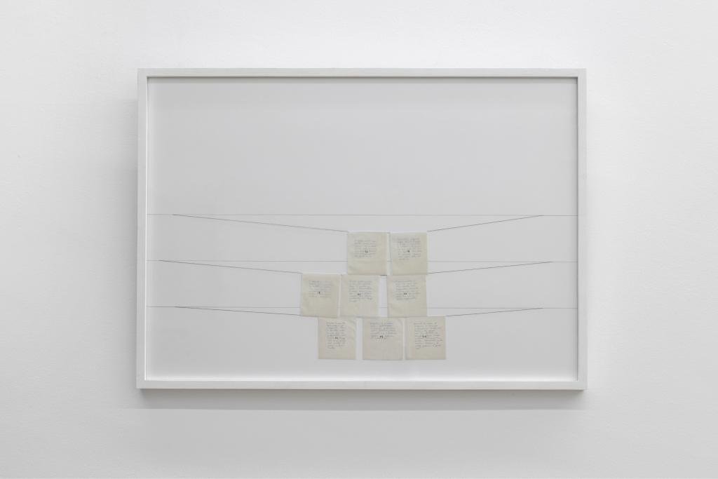 Elena Modorati, calendario con foglietti numerati appesi